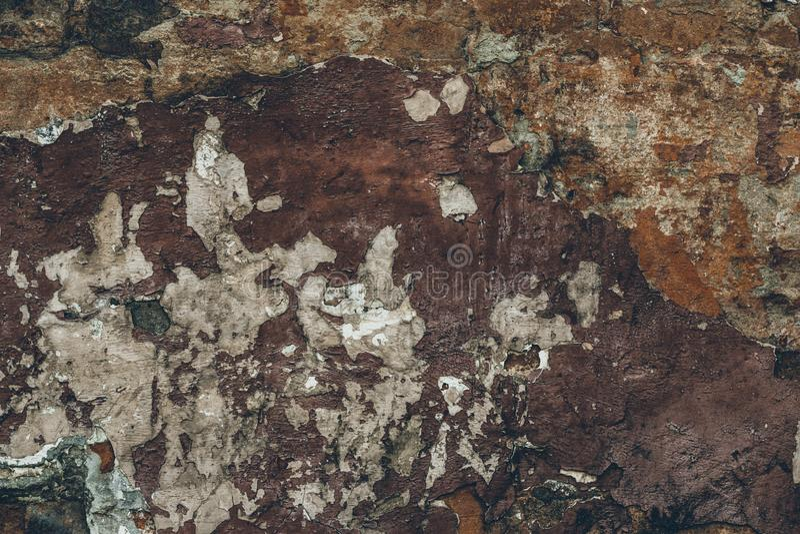 Ciemnego brązu brudny płatkowaty podławy stiuk na ścianie Abstrakt p?kaj?ca ?cienna tekstura Stary rocznik stuccoing tło Ciemnego zdjęcie stock