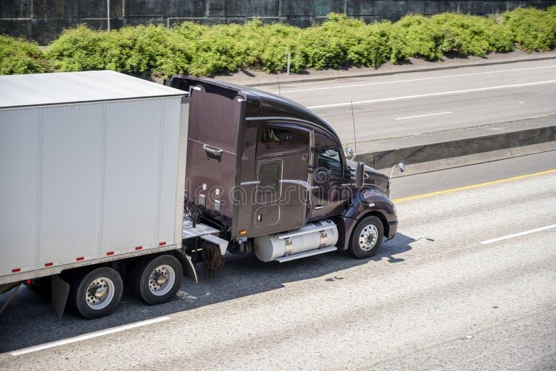 Ciemnego brązu takielunku dalekiego zasięgu semi ciężarówki dużego handlowego odtransportowania samochodu dostawczego semi sucha  obraz stock