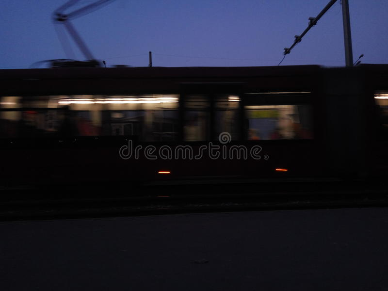 Ciemnego miasta autobusowi tramwajarscy ludzie fotografia stock
