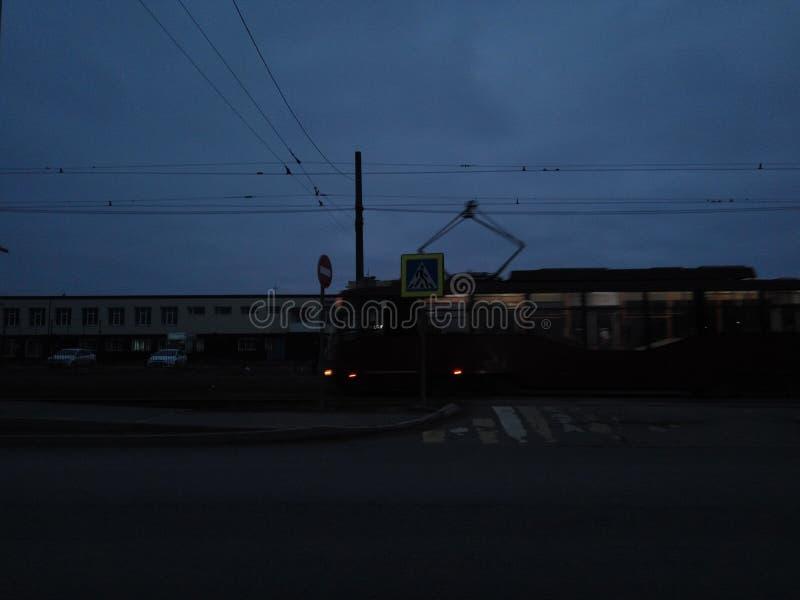 Ciemnego miasta drogowych budynków nieba nocy autobusowi tramwajarscy ludzie fotografia royalty free