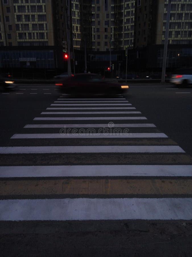 Ciemnego miasta vsco drogowych budynków autobusowi tramwajarscy ludzie zdjęcie stock
