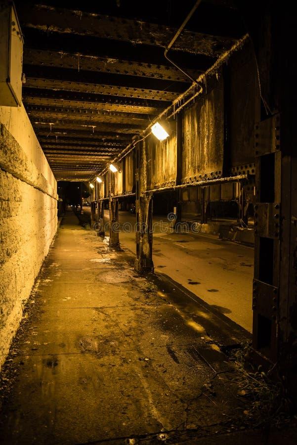 Ciemnej miasto alei pociągu mosta przemysłowy przejście podziemne przy nocą fotografia royalty free