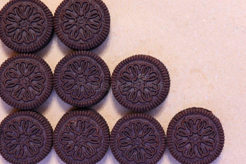 Ciemni cukrowi ciastka i krakersy z plombowaniem czekoladowym i kremowym fotografia stock
