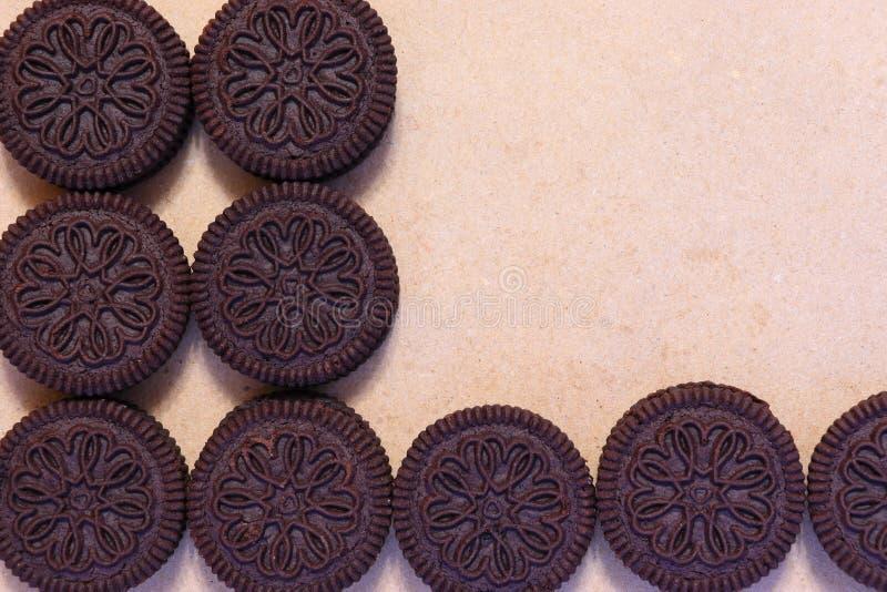 Ciemni cukrowi ciastka i krakersy z plombowaniem czekoladowym i kremowym obrazy royalty free