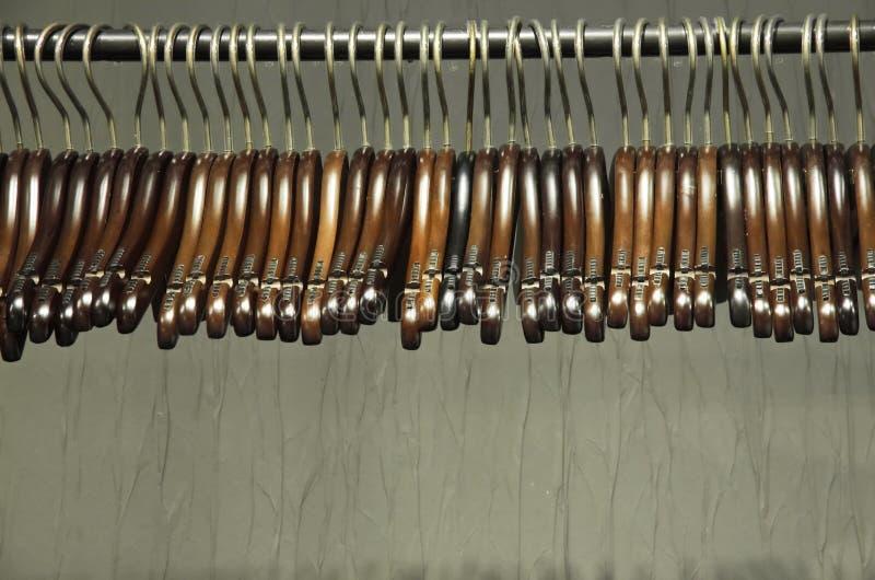 Ciemni drewniani wieszaki na stojaku zdjęcie royalty free