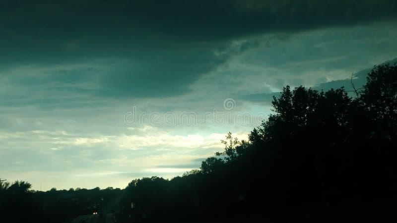 Ciemni Markotni nieba Z Nieszczęśliwymi chmurami fotografia stock