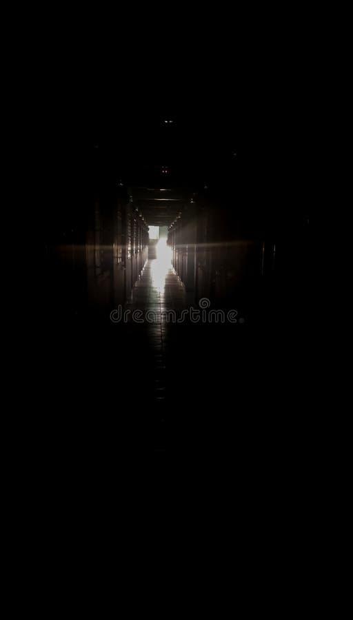 Ciemność wśrodku budynku pod światłem który błyszczy fotografia royalty free