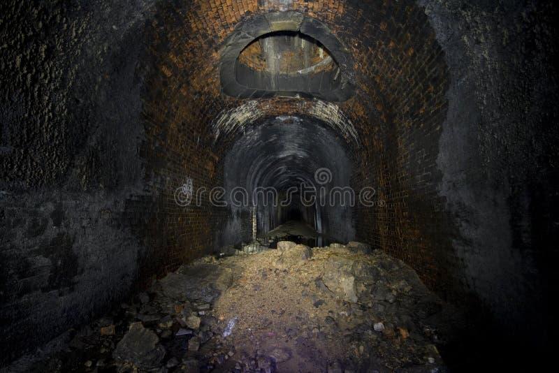 ciemno disused tunelu kolejowego fotografia stock