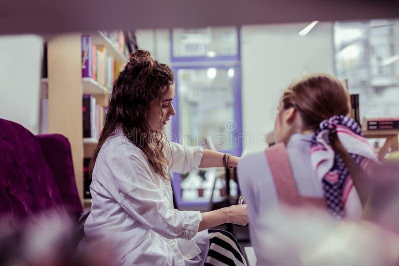 Ciemnowłosy atrakcyjny dziewczyny dolewanie za gorącej herbacie od teapot zdjęcia royalty free