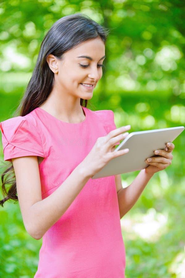 Download Ciemnowłosa Młoda Kobieta Z Ebook Obraz Stock - Obraz złożonej z łąka, enjoy: 28957491