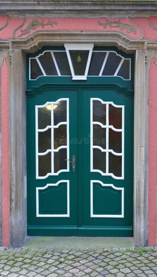 Ciemnozielony drewniany drzwi z obramiać nadokiennymi taflami obrazy royalty free