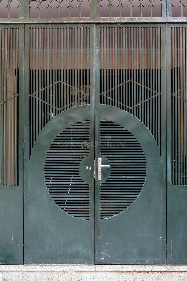 Ciemnozielony stalowy drzwi z linią i okrąg tworzymy w Hanoi, Wietnam zdjęcia stock