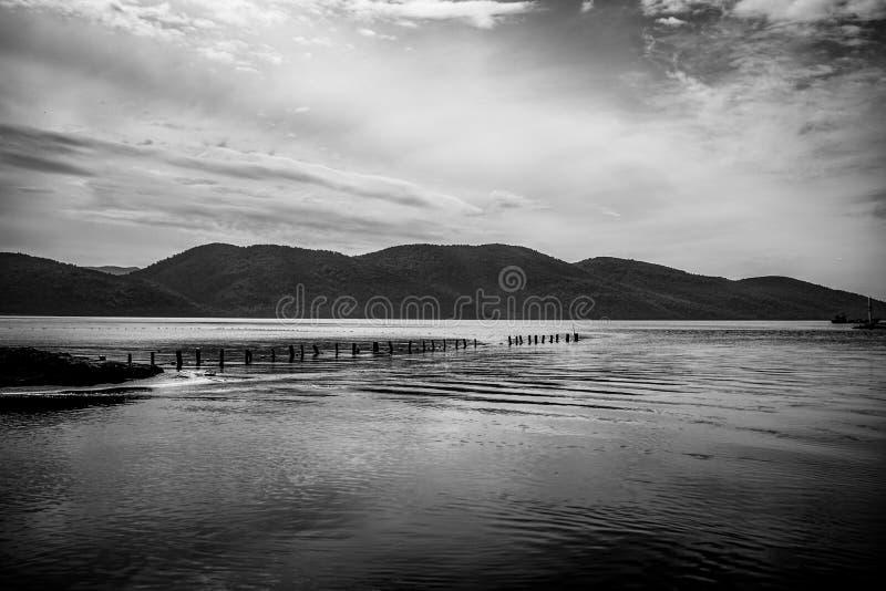 Ciemny atmosferyczny krajobraz od brzeg jeziora Dramatyczna scena z góry, jeziornego i chmurnego niebem w Mugla, Turcja zdjęcie royalty free