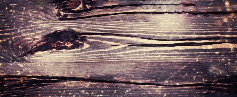 Ciemny Bożenarodzeniowy drewniany tło z lśnień światłami, odbitkowy sp zdjęcia stock