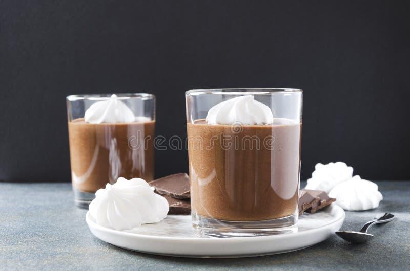 Ciemny czekoladowy mousse, tradycyjny deser na popielatym stole przeciw czerni ścianie, smakowity i słodki zdjęcia royalty free