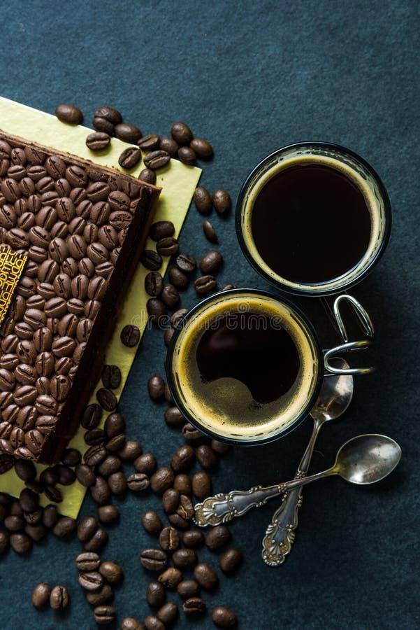 Ciemny czekoladowy tort z expresso kawą i piec kawową fasolą fotografia stock