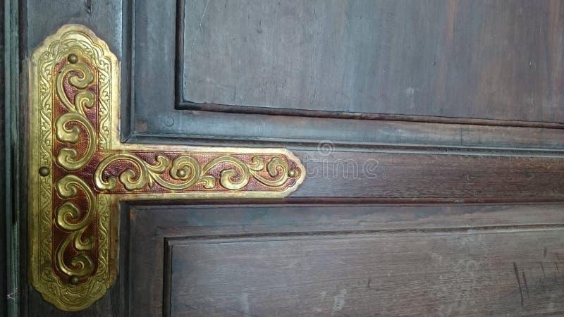 Ciemny drewniany tło z starej świątyni drzwi teksturą alaska kolor wieczorem do późna w zakresie obraz royalty free
