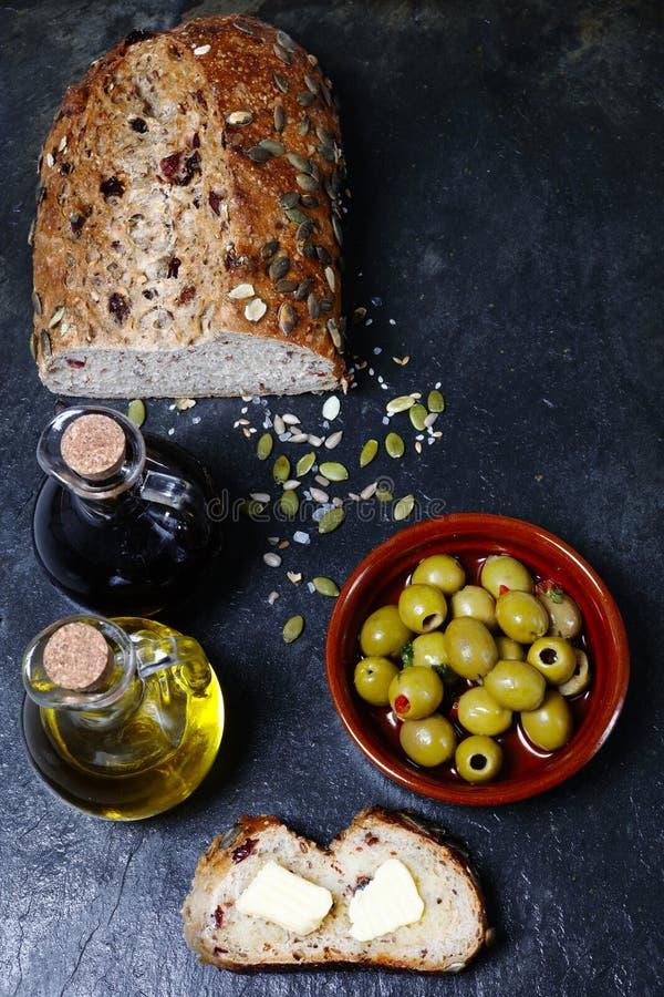 Ciemny jedzenie - Świeży dyniowego ziarna chleb zdjęcia stock