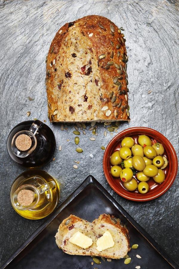 Ciemny jedzenie - Świeży dyniowego ziarna chleb z oliwkami zdjęcia royalty free