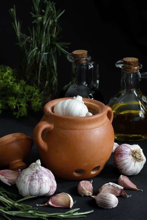 Ciemny jedzenie - Chiaroscuro wciąż życie z czosnkiem obrazy royalty free