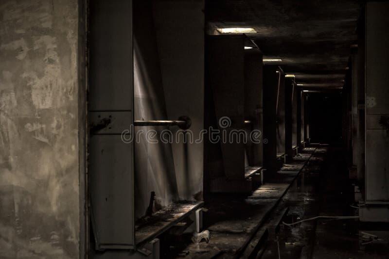 Ciemny korytarz w zaniechanej fabryce zdjęcia stock