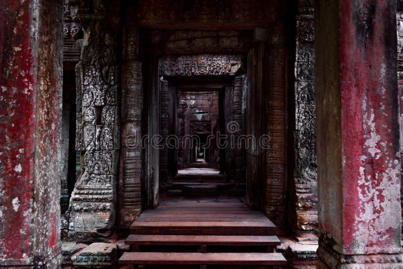 Ciemny korytarza przejście w Angkor świątyni zdjęcie royalty free