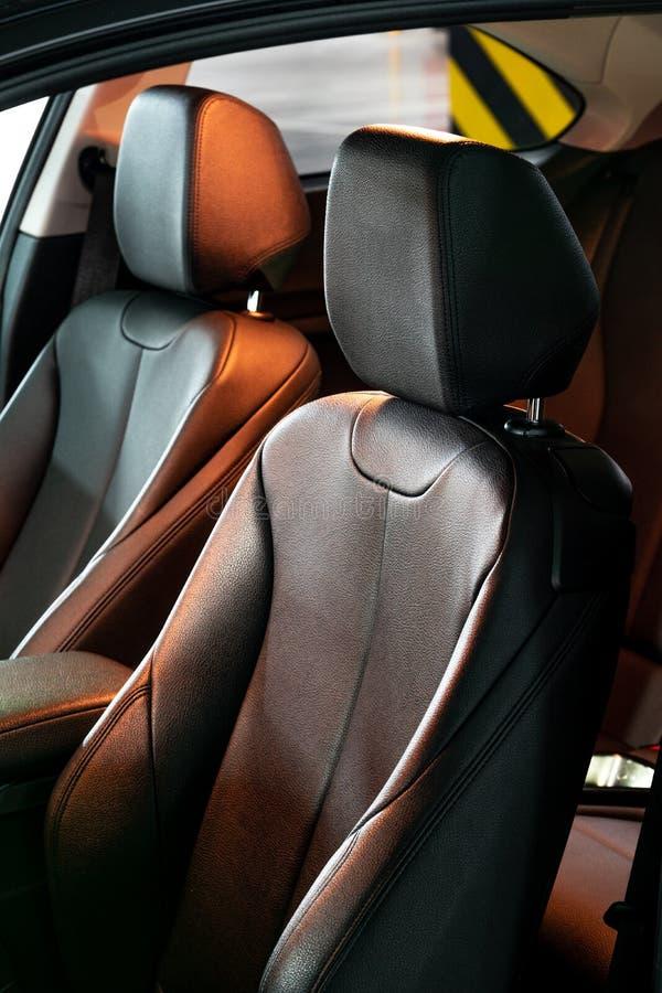 Ciemny luksusowy nowy samochodowy wnętrze Tylni miejsce pasażera w nowożytnym samochodzie, boczny widok obraz stock