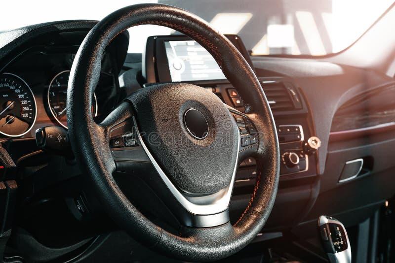 Ciemny luksusowy samochodowy wnętrze kierownica, przesunięcie dźwignia i deska rozdzielcza -, obrazy royalty free