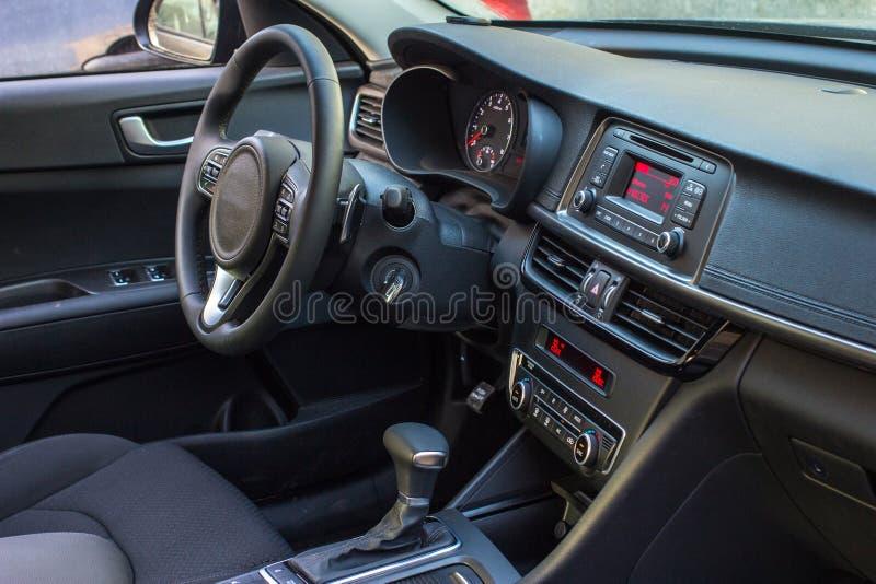 Ciemny luksusowy samochodowy wnętrze kierownica, przesunięcie dźwignia i dashb -, zdjęcie royalty free