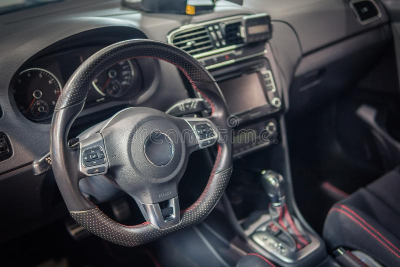 Ciemny luksusowy samochodowy wnętrze kierownica, przesunięcie dźwignia i deska rozdzielcza -, obrazy stock