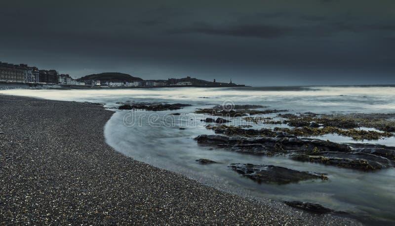 Ciemny Markotny Nabrzeżny krajobraz przy zmierzchem zdjęcia royalty free