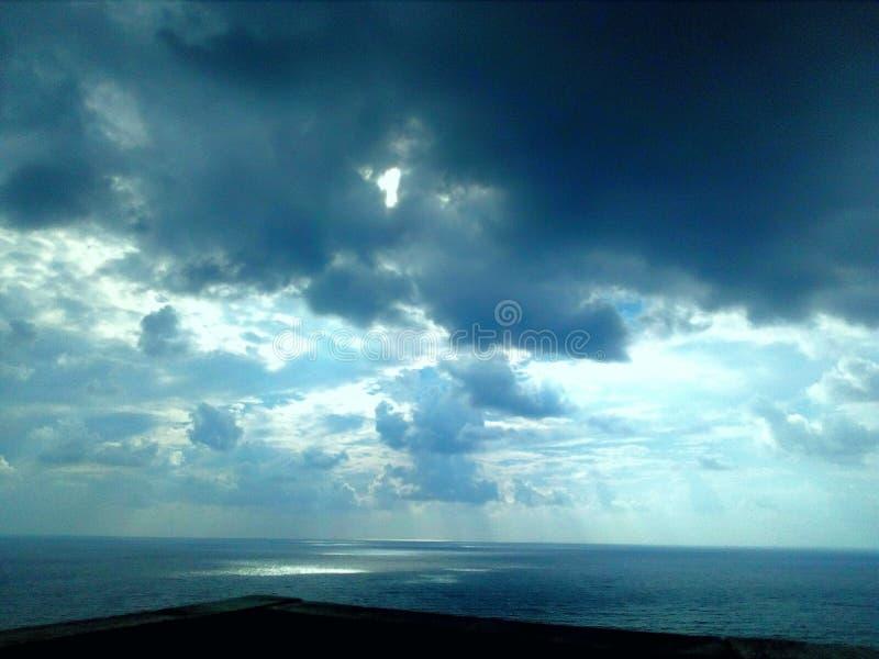 Ciemny niebo przed burzą zdjęcia royalty free