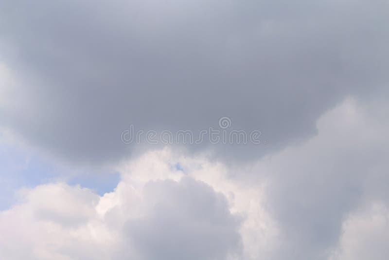 Ciemny niebo, Puszysty niebo chmurnieje na deszczowym dniu, niebo ulewa, Szary Czarny niebo zmrok obraz stock