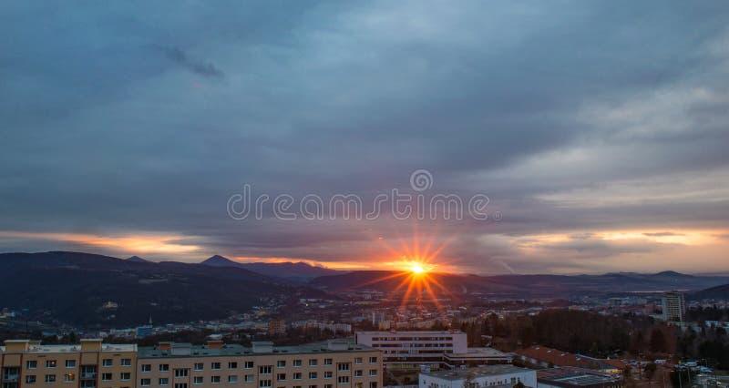 Ciemny niebo zmierzch nad przemysłowym pejzażu miejskiego miastem, Usti nad Labem obrazy royalty free