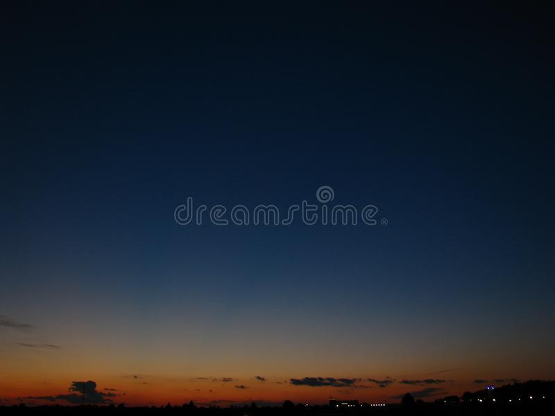 Ciemny nocne niebo nad sypialnym miastem obraz royalty free