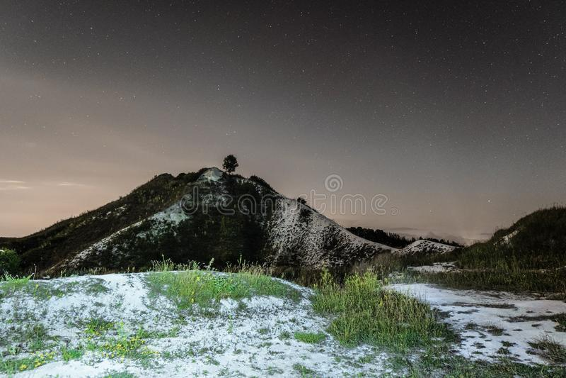 Ciemny nocne niebo nad wysokim kredowym wzgórzem naturalna krajobrazowa noc fotografia stock