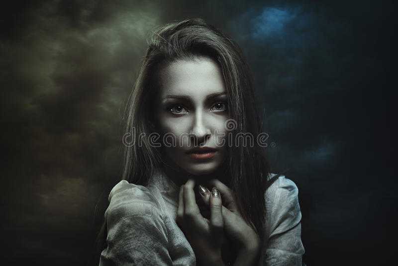 Ciemny portret tajemnicza kobieta obrazy royalty free