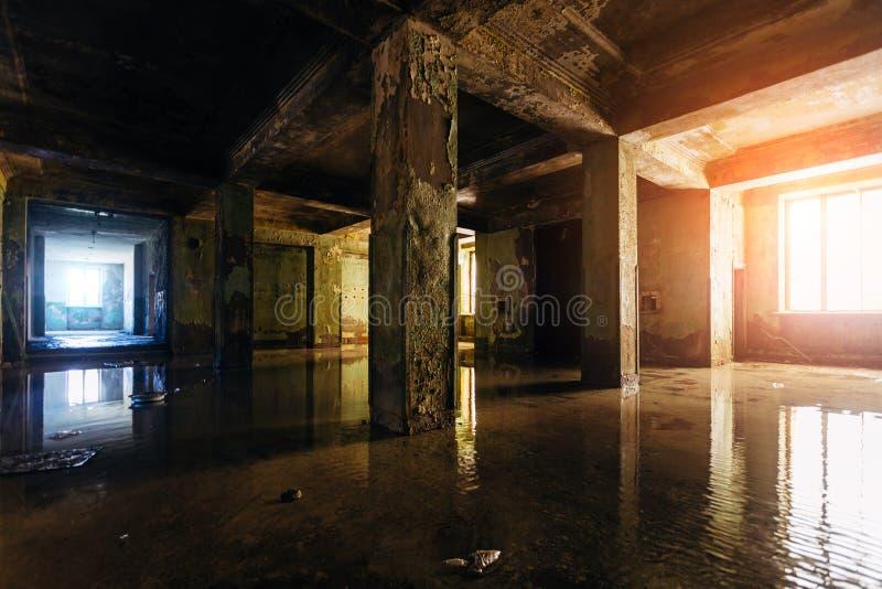 Ciemny przegniły rujnujący deszczami zalewa porzucał budynek zdjęcia royalty free