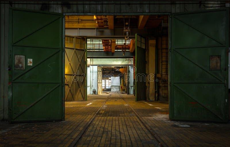 Ciemny przemysłowy wnętrze obraz royalty free