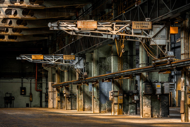 Ciemny przemysłowy wnętrze budynek fotografia stock