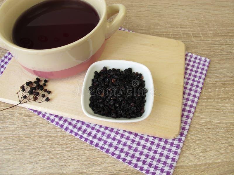 Ciemny purpurowy barwidła skąpanie robić wysuszeni elderberries fotografia stock
