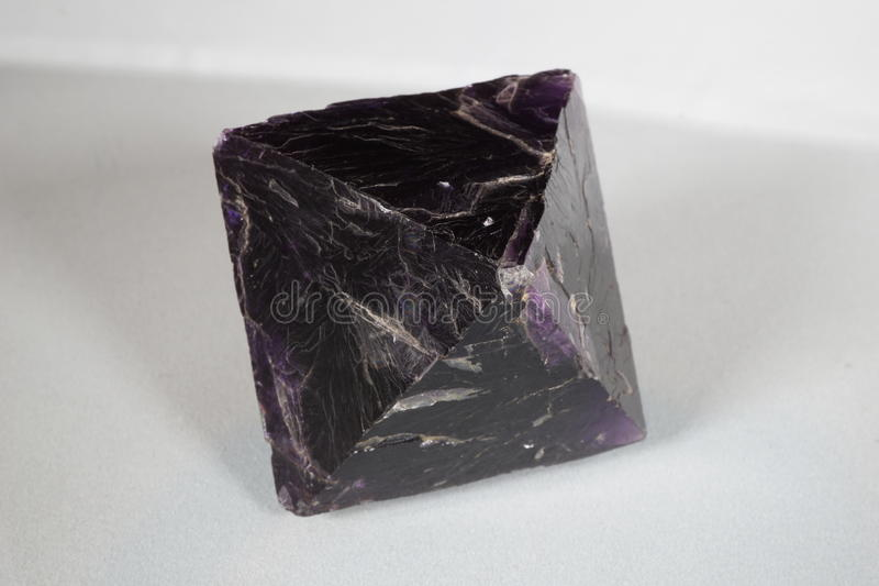 Ciemny Purpurowy fluorytu ośmiościan obrazy royalty free