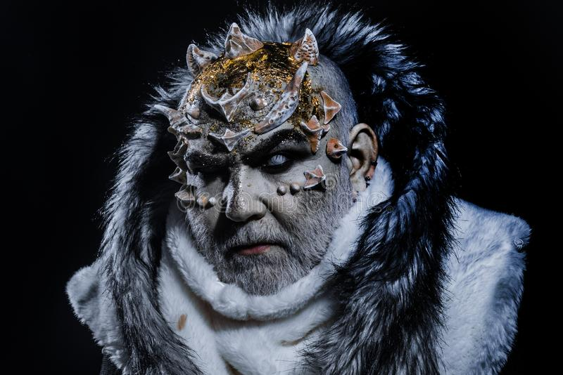 Ciemny sztuki pojęcie Starszy mężczyzna z białą brodą ubierał jak potwór Demon na czarnym tle, zamyka up 308 mosiężnych ładownic  obraz royalty free