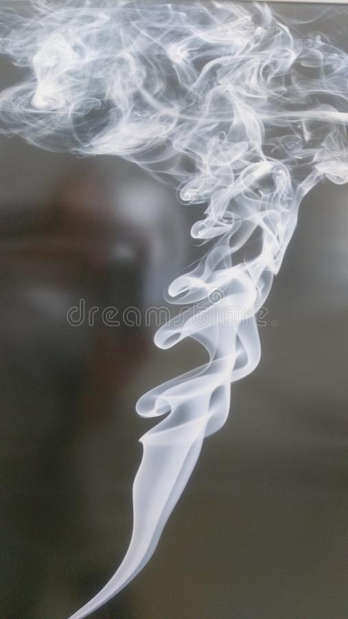 Ciemny tło z bielu dymem fryzuje up obraz stock