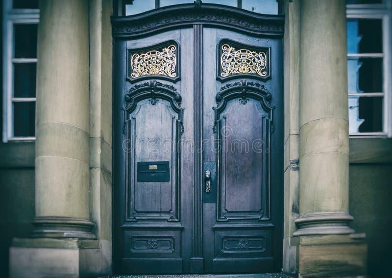 Ciemny wejście stary dom fotografia stock