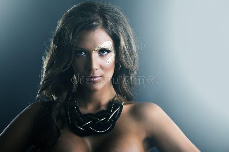 ciemny złoty makeup portreta skóry studio fotografia stock