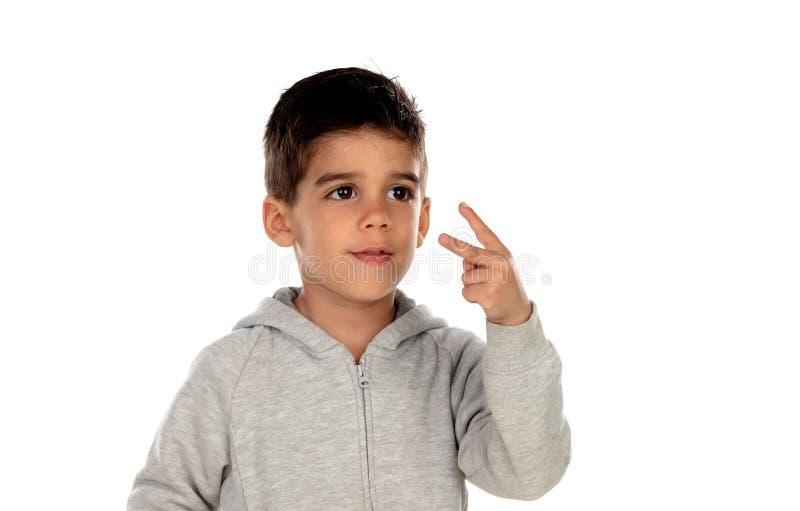 Ciemny z włosami dziecko pokazuje dwa palca zdjęcia stock