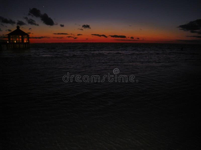 Ciemny zmierzch nad jeziorem fotografia stock