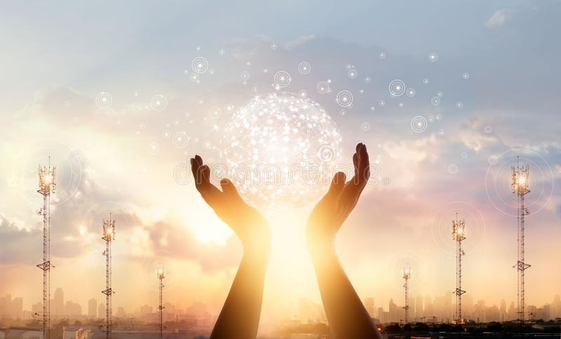 Ciencia, red global del círculo conmovedor de la mano foto de archivo