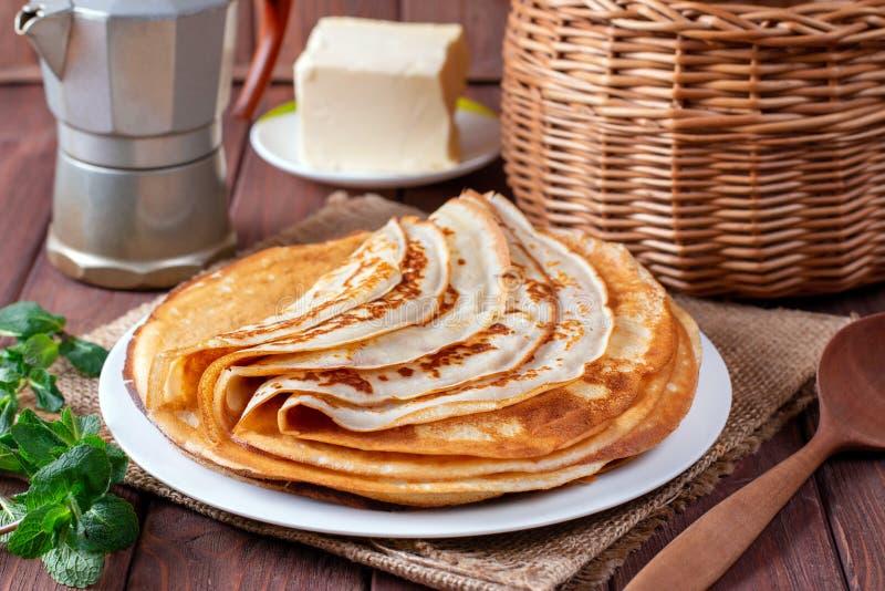 Ciency bliny na białym talerzu Sterta krepy, rosyjski blin smaczne śniadania zdjęcie royalty free
